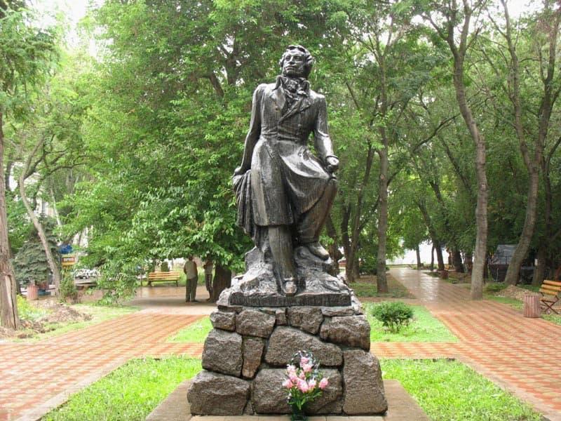 Памятники феодосии есть памятник мажита гафури в уфе