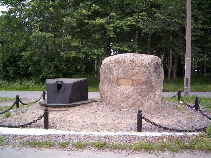 Памятный знак рабочим Ижорских заводов - создателям танковой брони.