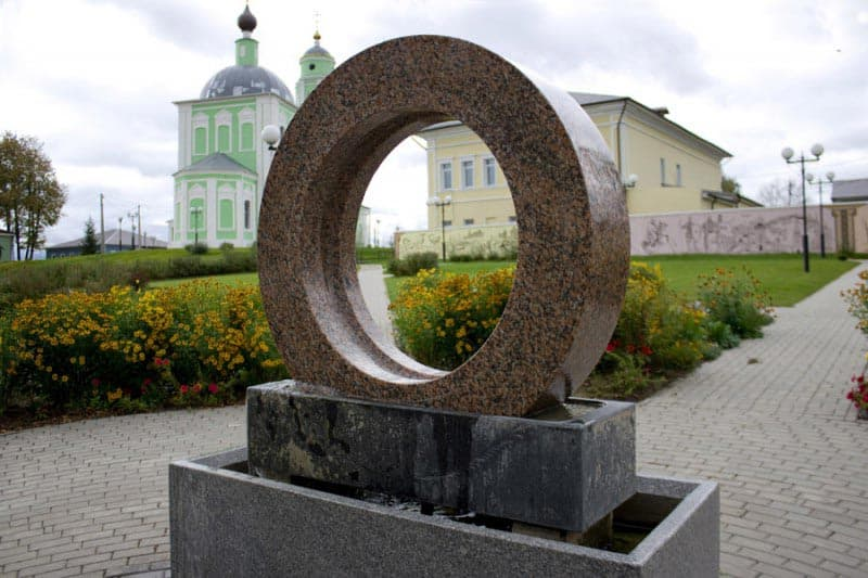 """Город воинской славы - Козельск. Скульптура """"Кольцо времени"""", вращающееся гранитное кольцо."""