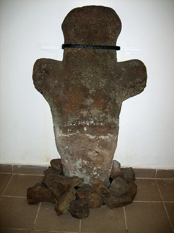 Город воинской славы - Козельск. Каменный крест  установленный в 1238 году  на братской могиле защитников города.