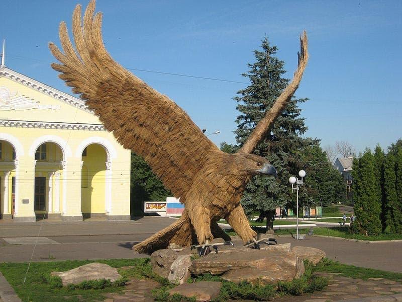 Город воинской славы - Орел. Скульптура Орел на привокзальной площади.