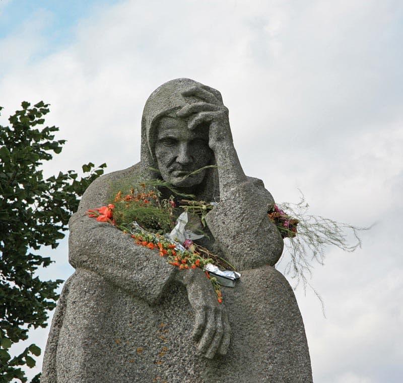 Памятник «Скорбящая Псковитянка». Мемориал «Деревня Красуха».