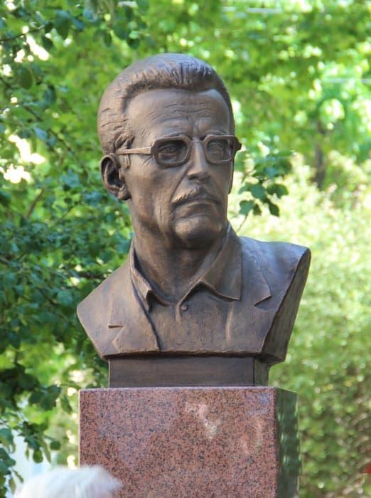 Смоленск город герой. Памятник Борису Васильеву