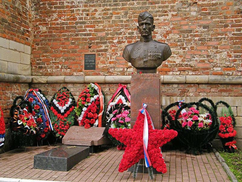 Горд герой Смоленск. Памятник М. Егорову