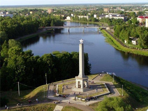 Город воинской славы - Великие Луки.  Обелиск Советским воинам  погибшим при освобождении  г. Великие Луки.