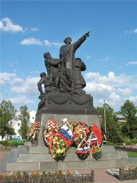 Город воинской славы - Вязьма. Памятник командующему 33-й армией генералу Ефремову
