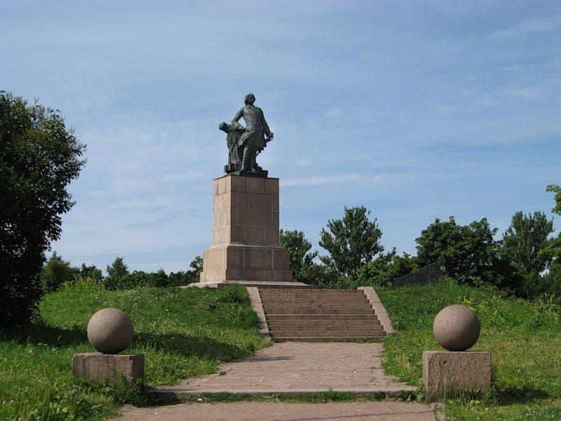 Город воинской славы Выборг Памятник Петру 1.