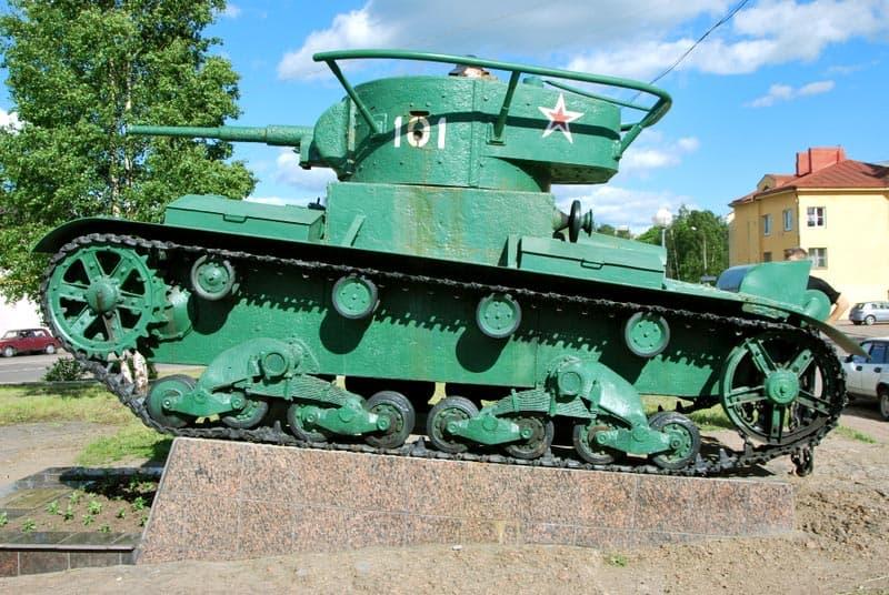"""Памятник """"Танк Т-26"""", легкий командирский танк,  «участник» финской войны в 1939 году,  найден в 2005 на дне Финского залива."""